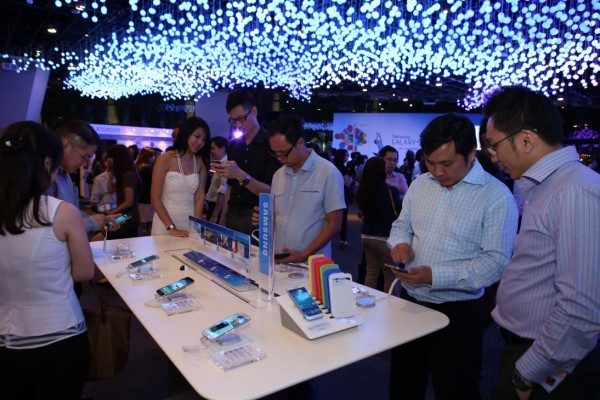 Guests at the launch of GALAXY S4 With LTE exploring the innovative features of the new GALAXY S4 With LTE